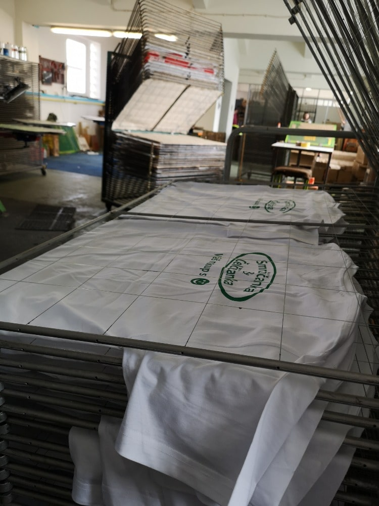 Sítotisk je vhodný pro hladké a rovné povrchy jako je textil, papírové a igelitové tašky. Lze jej využít i na oblé předměty jako hrnky, psací potřeby, lahve a další